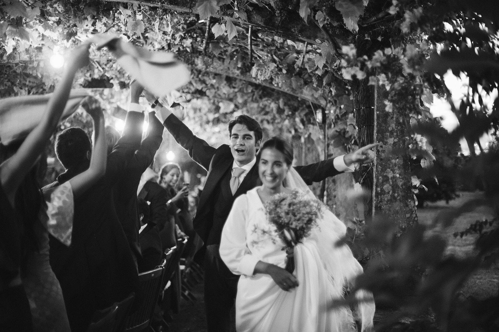 Dos novios entrando en su boda