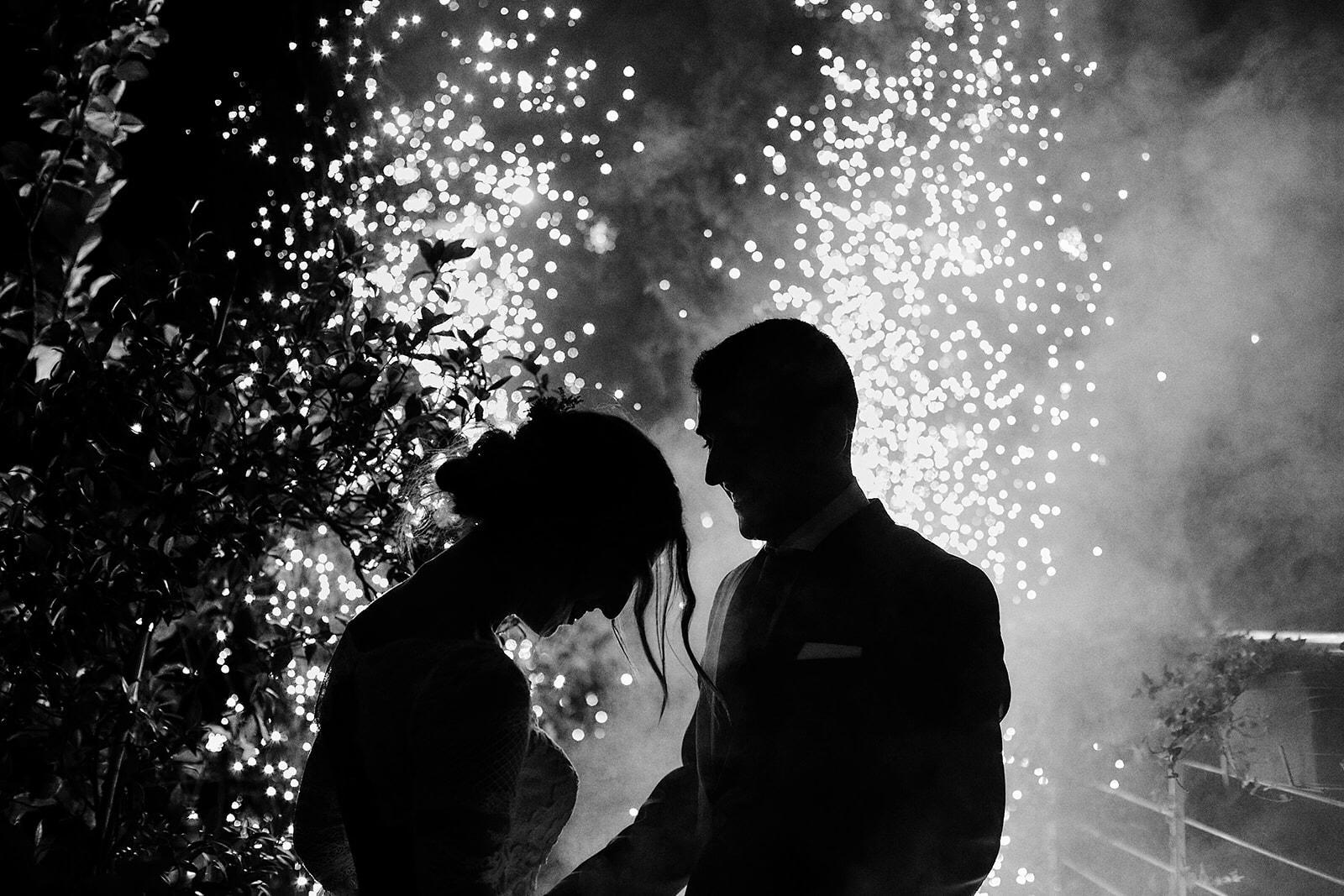 Novios en su boda con luces de fondo